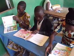 Youssouf, très interessé par un des livres
