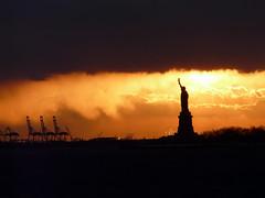 [フリー画像] 芸術・アート, 彫刻・彫像, 夕日・夕焼け・日没, 自由の女神, アメリカ合衆国, ニューヨーク, 201103121300