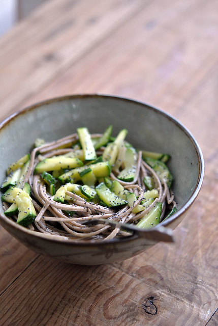 Soba con zucchine e semi di papavero