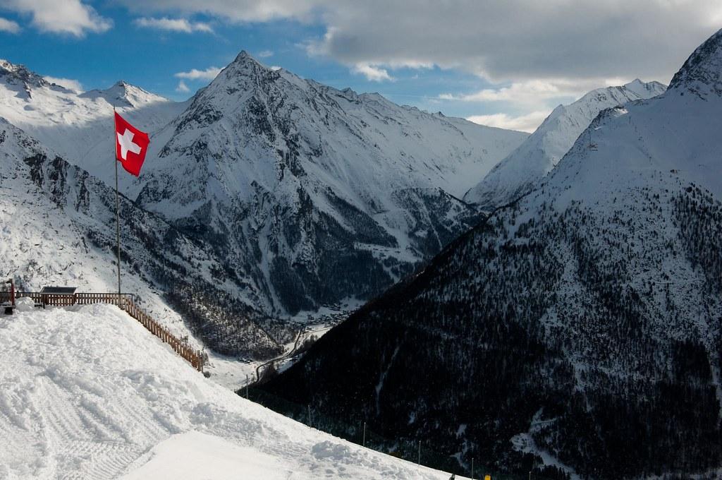 Saas-Fee mit Schweizerfahne