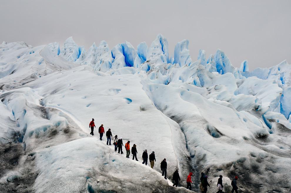 Un grupo de turistas recorre el glaciar, en el trayecto de 1.5 horas avanza por los distintos elementos que componen el glaciar y termina con un brindis de Whiskey con hielo prehistórico.(Roberto Dam - Patagonia, Argentina)