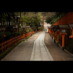 (Masahiro Makino) Tags: road japan photoshop canon way eos kyoto kiss shrine path adobe lane   lantern f18 lightroom   x3 yasaka ef50mm gettyimagesjapanq1 20110315110439canoneoskissx3ls640p