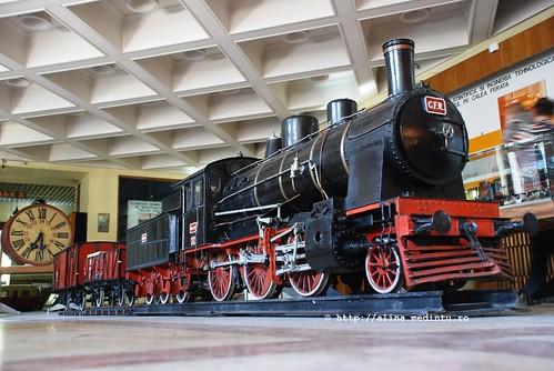 garnitura a unui tren de epoca: locomotiva 231 si doua vagoane de marfa