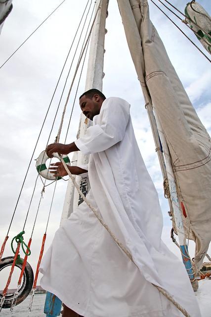 エジプト アスワン ファルーカでナイル川クルーズ キャプテン