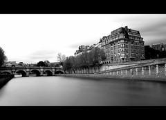 Ile de la Cit (AO-photos) Tags: bridge black paris france seine architecture buildings construction nikon noiretblanc pont iledelacit 18105 longue whitebianco d5000 neroblanco exposurepose negronbfleuveriverlong arcchitectura