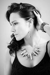 Elena (Pirata Larios) Tags: accesorio mujer 2014 60d blancoynegro clavealta pendiente retrato junio canon elena colar carloslarios