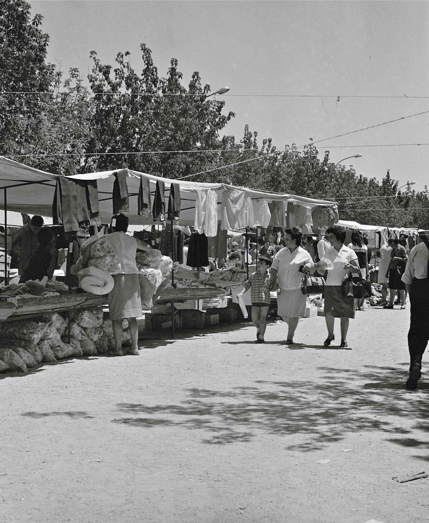 Mercadillo de El Martes en el Paseo del Miradero en 1967. Fotografía de John Fyfe