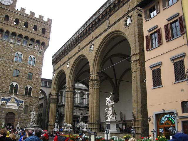 フィレンツェの時計台前の広場のフリー写真素材