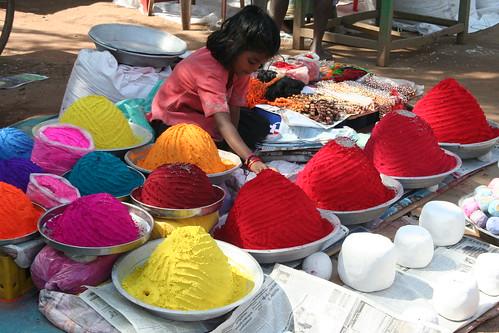 Pigmentförsäljning på marknad i Hampi.