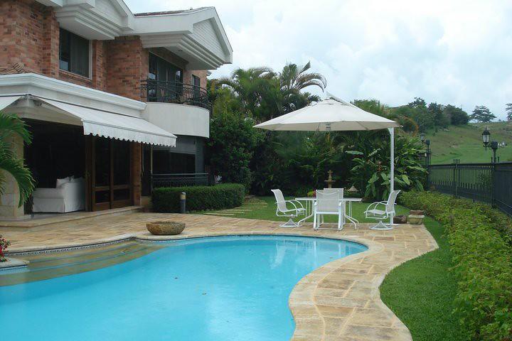 Piedras para piscinas piedras para piscinas mujer mojando los pies en la piscina con pared de - Piscina cubierta linares ...