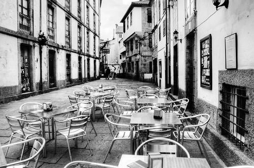 Street and tables. Santiago de Compostela. Calle y mesas