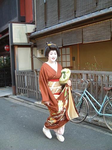 Geiko Takamaru, acudiendo como onêsan al omisedashi