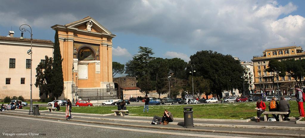 Piazza di Porta San Giovanni, avec au fond, le Triclinium Leonium