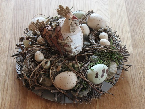 Ausgestopftes Hühnchen mit Ostereiern