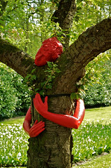 Tree Hugging (Keukenhof) (Maxey) Tags: art treehugging keukenhof treeart redsculpture