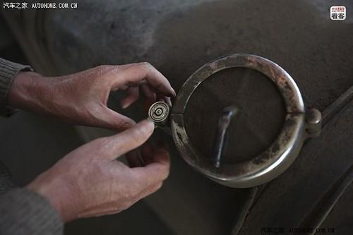 每次加油郭伟明都会把油箱锁好,他们曾经在夜里休息时被偷了一整箱油,损失惨重