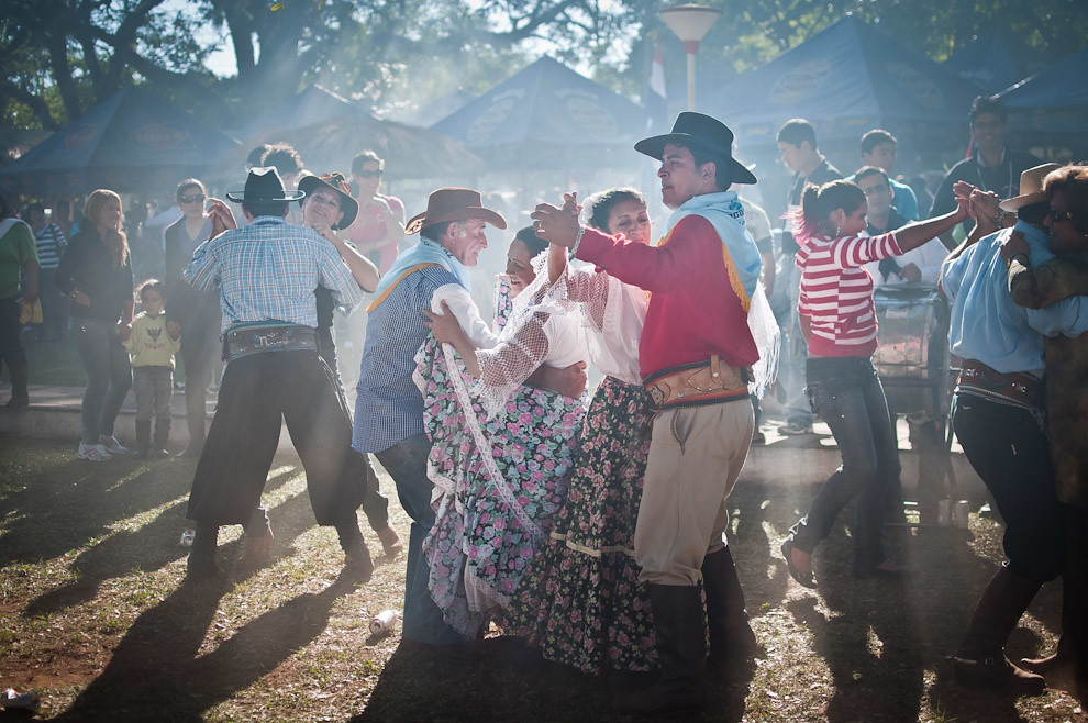 El festival del Ovecha Ragué en Misiones, otra de las entregas que hicimos en el 2011. Habitantes del pueblo de San Miguel y otros visitantes de los distintos distritos del departamento de Misiones se reunieron en el centro de la plaza para bailar piezas de música paraguaya interpretadas por una banda local. Fue un divertido momento que recuerda a las viejas costumbres de la danza y el cortejo entre los hombres y mujeres paraguayas. (Elton Núñez, San Miguel - Paraguay)