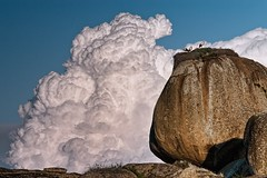 Cigeas y algodones. (Popewan) Tags: sky clouds 70200 nube rocas topaz cigeas barruecos malpartidadecaceres stonepopewan