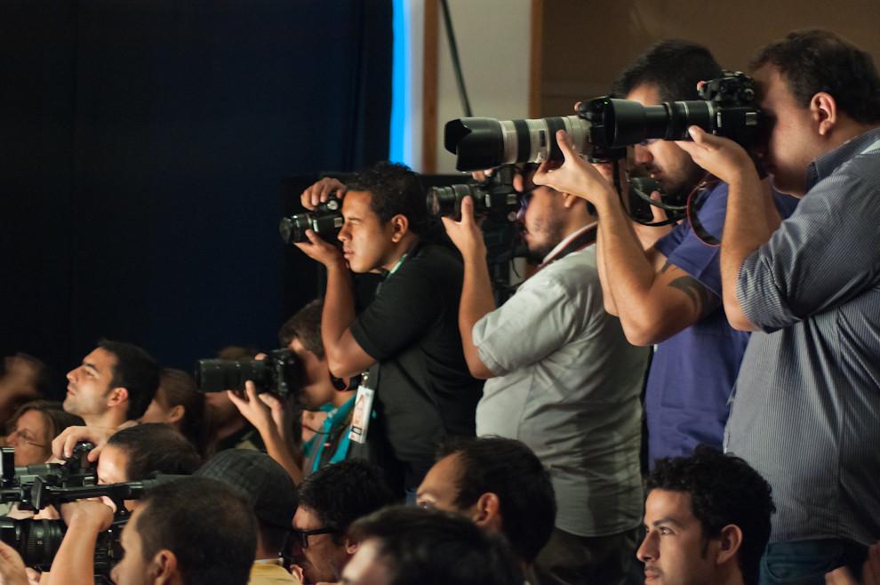 Fotógrafos de distintas agencias y medios cubren el ultimo desfile del evento con la espectacular presentación de prendas de Gilardini la noche del domingo 10 de Abril. (Elton Núñez - Asunción, Paraguay)