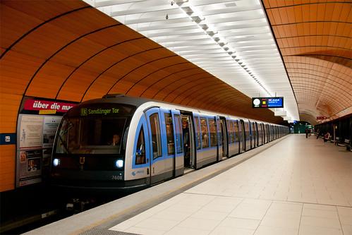 SEV ab Sendlinger Tor: C-Zug 608 steht  am ungewöhnlich leeren Marienplatz