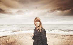 (Luis Hernandez - D2k6.es) Tags: light sea summer sun luz sol beach girl canon pals nubes tormenta angular calor