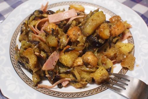 茄子とクルトン、ハムと挽肉とアンチョビ和え