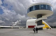 El Niemeyer (Leonorgb) Tags: plaza canon torre leo asturias cielo museo humo avilés fábrica cúpula arquitecto oscarniemeyer principadodeasturias ríadeavilés laisladelainnovación centroculturalinternacional