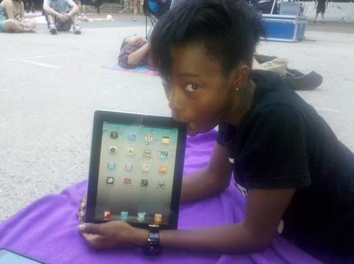 Corvida Fellates Her New iPad 2