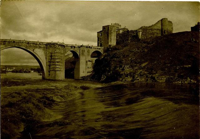 Crecida en el Tajo junto al Puente de San Martín a principios del siglo XX. Fotografía de D. Pedro Román Martínez. Diputación de Toledo, Centro de Estudios Juan de Mariana