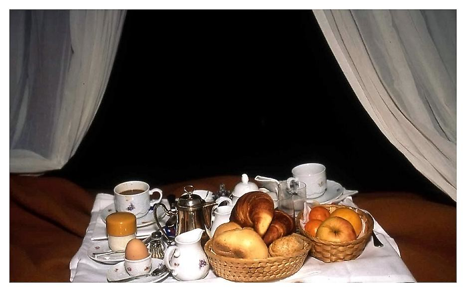 Nan Goldin , Breakfast in bed, Torre di Bellosguardo, Florence