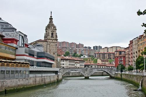 La iglesia y el puente de San Antón en Bilbao