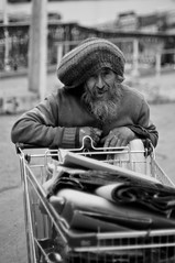 Por las calles de Valpo (Pancho Gómez) Tags: blanco valparaiso negro barba calles vago pordiosero