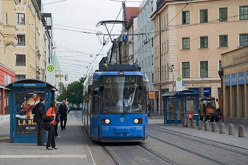 Noch etwas misstrauisch beäugen die Fahrgäste an der Karlstraße das ungewohnte Fahrzeug