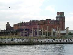 abgewickelt ... (bayernernst) Tags: berlin deutschland ruine april werbung brauerei 2011 industrieruine berlinköpenick niederschöneweide bärenquell meinberlin flickrblick bärenquellbrauerei sn206471 16042011
