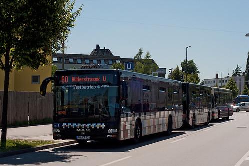 Der lange Buszug am OEZ, dahinter ein MAN-Solobus auf der Metrobuslinie 50