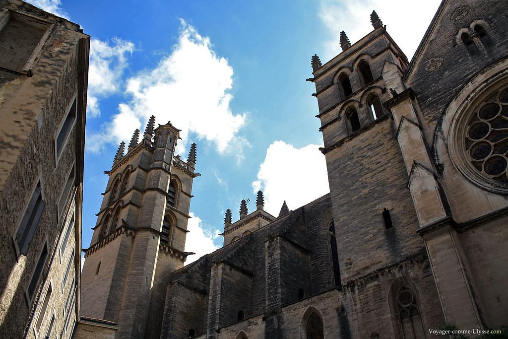 L'édifice est principalement de style gothique