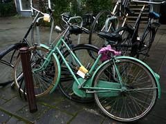 Vintage green bicycle (oude groene fiets, vlo vert ancien), Amsterdam, Commelinstraat (Jacques Mounnezergues) Tags: street amsterdam bicycle vintage spotted rue vlo fiets straat vintagebicycle commelinstraat oudefiets vloancien
