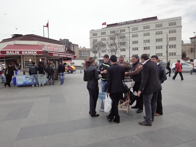 Pessoas a comerem mexilhões em Istambul