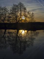 Sonnenuntergang (Abbe-Foto) Tags: blue sunset shadow sky orange night bayern sonnenuntergang blau franken fluss reflexion schatten spiegelung erlangen gegenlicht mittelfranken bruck regnitz erlangenbruck pwpartlycloudy