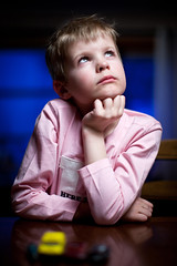 Little thinker (MR.MOBE) Tags: pink boy portrait 50mmf12 filosof canoneos5dmii