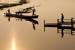 Inle lake - Myanmar (David Michel) Tags: sunset canon boat eau burma leg lac bark rowing 5d inle 28 tamron 70200 rame pirogue ponton jambe