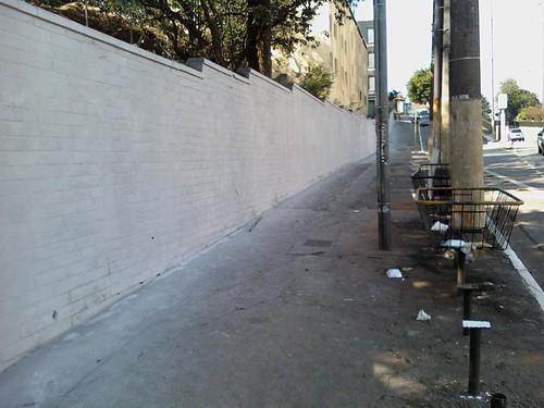 Muros, ironia e espaço público – O muro de M. Ulisses Adirt