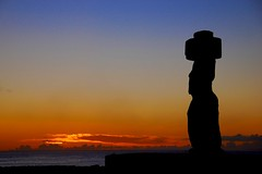 moai @ sunset (miguelyn.) Tags: chile sunset southpacific moai easterisland rapanui isladepascua ahutahai colorphotoaward infinestyle platinumheartaward miguelyn saariysqualitypictures bestcapturesaoi magicunicornverybest elitegalleryaoi dblringexcellence tplringexcellence artistoftheyearlevel3 artistoftheyearlevel4 eltringexcellence