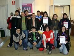 En la imagen se muestra a un grupo de alumnos/as junto con el antiguo director del centro Jesús Portugal.