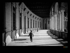 ...a que te pillo... (Ricardo I.V.) Tags: luz sevilla arquitectura flickr juegos nios bn ricardo plazadeespaa desaturacion canoneos1000d cdgexplorer