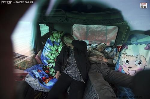 4月12日早上6点,沧州泊头货站还没上班,俩人抓紧时间在车里休息。30个小时到达沧州,这一路郭伟明只休息了4个小时。