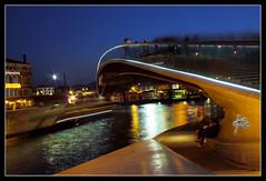 Ponte di Calatrava (luc.markes) Tags: venice canon mare ponte persone calatrava gondola luci laguna navi venezia romantico notte architettura moderna coppia riflesso passaggio pedoni imbarcazioni