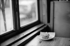 Breakfast Light (DowntownRickyBrown) Tags: 35mm berkeley cafe windowlight leicam6 fujineopanacros jumpnjava ilfosol3 voigtlandernokton50mm11