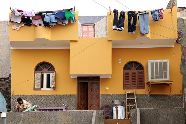 エジプト旅行 アスワン ヌビア村 オレンジ色の家と洗濯物
