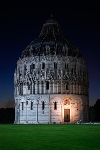 フリー写真素材, 建築・建造物, 教会・聖堂・モスク, 夜景, 洗礼堂, ピサのドゥオモ広場, 世界遺産, イタリア,
